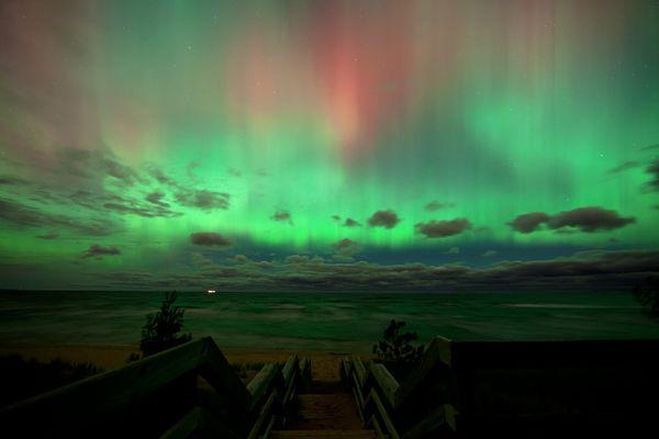 Altra aurora verde con sfumature rossastre