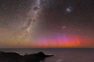 Un aurora australe rossa-violacea nei pressi di Flinders in Australia