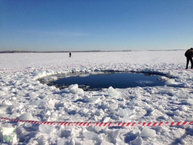 Un cratere nel lago Chebarkul, forse creato da un  meteorite associato al bolide. Foto di Andrey Orlov