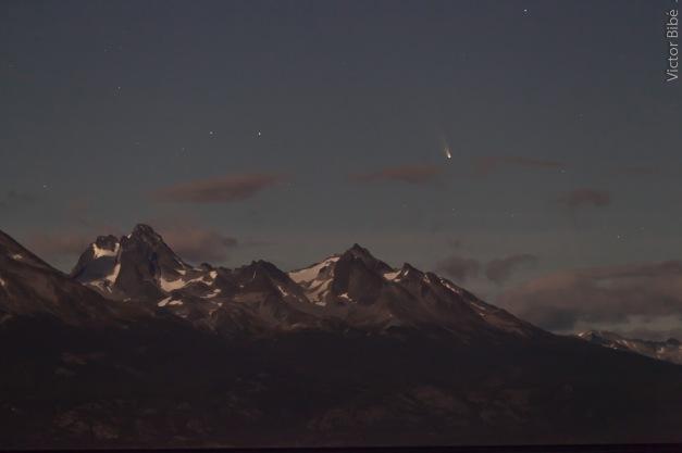Cometa Panstarrs fotografata da Gabriel Bibé il 26 febbraio 2013,  Ushuaia, Terra del Fuoco, Argentina.