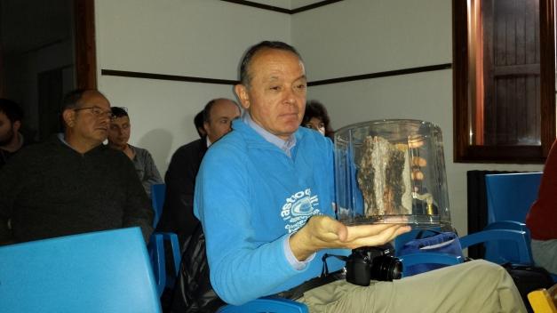 Claudio Balella dopo aver tenuto un avvincente resoconto della spedizione dell'eclisse in Cina del 2009, esamina un tronco d'albero bruciato di Tunguska